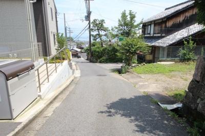 前道から琵琶湖が見えます