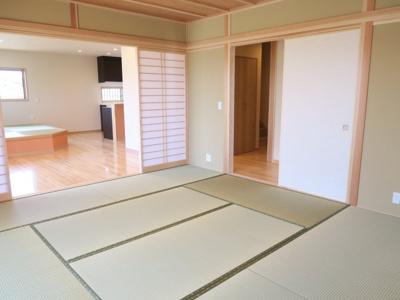 8帖の和室も襖外せばリビングと繋がり広々です