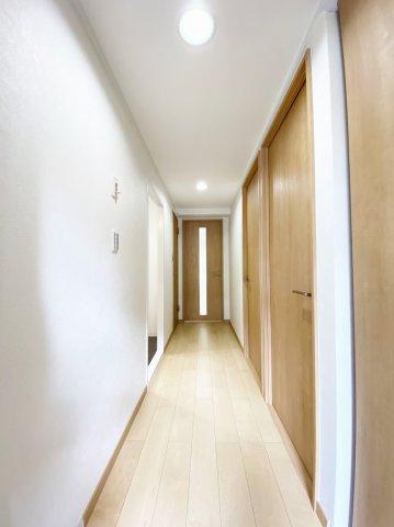 玄関からリビングへ繋がる廊下です。 動線がよく掃除も楽々ですね♪