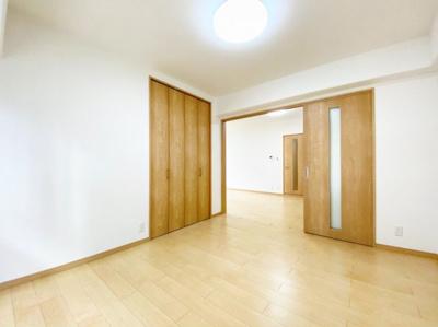 洋室(6.0帖)です。 南向きバルコニーに面した陽当たり良好なお部屋です。