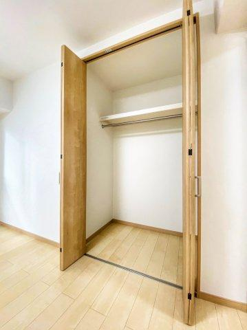 洋室(6帖)にある収納です。 ポールと棚のついた収納しやすいクローゼットです。