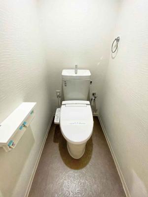 白を基調とした清潔感のあるトイレです。