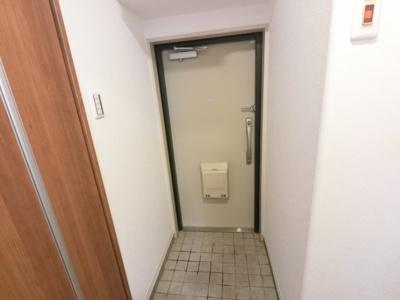 室内から玄関です。シューズクローゼット付です。