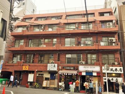 マンションは新宿駅から徒歩6分の賑やかな地域にございます。