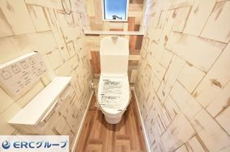 ゆったりとした空間のトイレが2ヶ所あり、込み合う時間でも問題ありません。