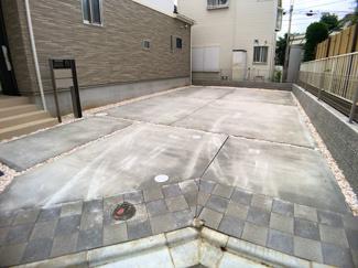 駐車スペースです。ユッタリ駐車スペース2台と大き目のお庭付きです。