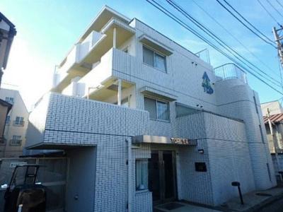 白を基調としたタイル張りのマンションです。