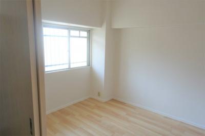 洋室約4.5帖 仕事部屋や納戸にいかがでしょうか。