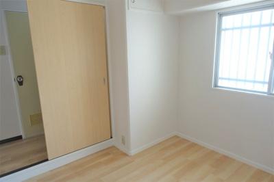 こちらも明るく風通しの良いお部屋です。