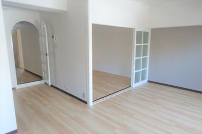 LDK約11.8帖 明るいお部屋です。