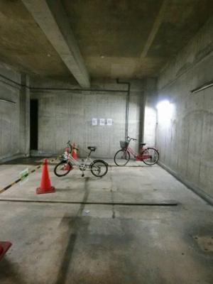 地下駐輪場で雨が降っても大切な自転車が濡れなくてすみますね♪自転車はちょっとした移動手段に便利ですよね!