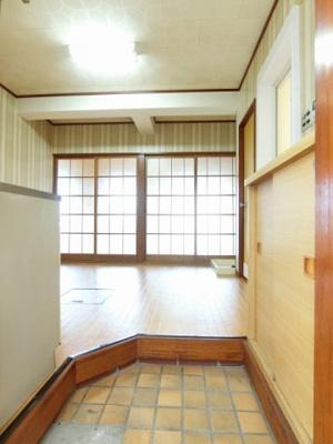玄関から室内への景観です!右手に水回り設備、正面にダイニングキッチンがあります★