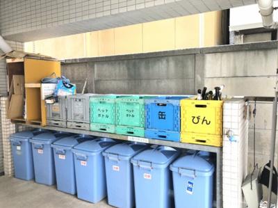 敷地内にゴミ置き場があるので、24時間好きなタイミングでゴミを出す事ができます