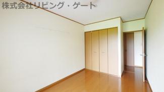 独立した6帖洋室。バルコニーへのアクセス可能です。