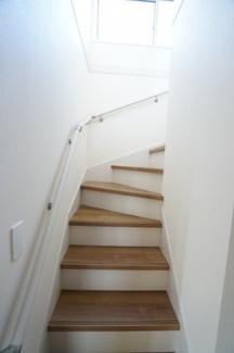 階段には手すりがあります。窓もあり明るい階段ですね。