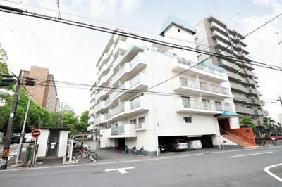中津公園や淀川河川公園等が有り緑の多いエリアに建つマンションです。