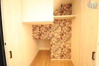 【収納】 1階階段横の収納。たっぷりと収納できますよ! 収納内に掃除機用のコンセントを設置!