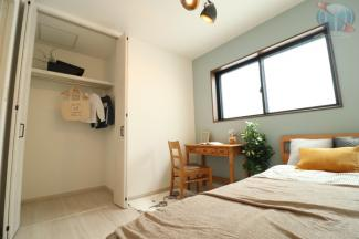 【洋室】 約4.5帖の洋室。子供部屋にピッタリなお部屋です。