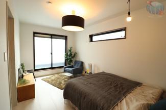 【主寝室】 約7.5帖。ひろびろとした主寝室。 LED電球スピーカーで高音質な音楽再生が可能です♪♪