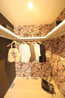 【WIC】 たくさん収納できるウォークインクローゼット 華やかな壁紙を服を選ぶのも楽しくなりそうです♪