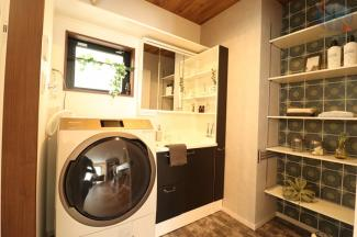 【洗面所】 可動棚があることで家具を置かずに収納が可能。