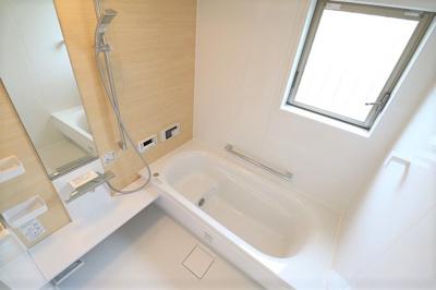1坪以上の広さのゆったりとした浴室。足を伸ばして半身浴にも、お子様と一緒の賑やかなバスタイムにも最適です。浴室乾燥機、オートバスといった便利な機能も。