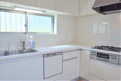 デッドスペースができにくく、空間を有効活用できるL字型壁付けキッチン ※同仕様写真