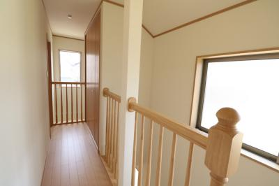 腰高の壁の階段室。 広く設けられた窓からは日光が差し込み、明るく開放的な印象です。