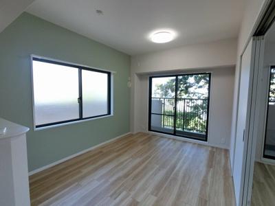 天井高2.6mの開放感・眺望良好な三方角部屋住戸。 室内新規リノベーション済です。 お気軽にお問合せ・ご内覧下さい。