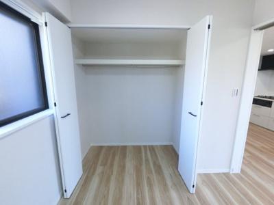 洋室収納です。 上部に空きスペースもあり、色々なものを収納できます。