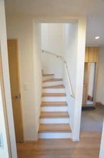 玄関横に階段があります。