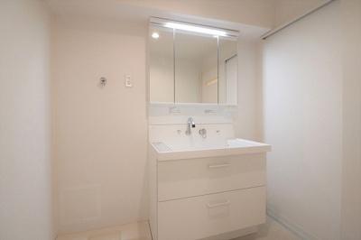 【現地写真】ホワイトカラーでコーディネートした洗面室は明るく清潔感のある空間に♪