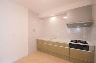 【現地写真】 ホワイトを基調とした清潔感のあるキッチン。使い勝手の良い設備のキッチンで効率よくお料理ができます。家族の健康はこのキッチンから♪