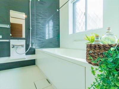 モダンデザインの空間が気持ちよさを高めてくれるバスルーム。すっきりとした清潔感の中に都会的なセンスが感じられ、心身をリフレッシュできる寛ぎを深めてくれるスペースです。