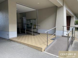 1階のマンション入り口にはスロープが設けられております。 エレベーター停止階ではありませんので、 4階から一つ階段で上がって頂きます。