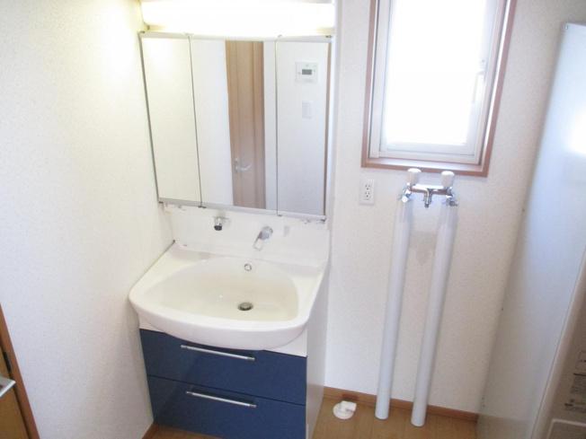 紺の引出しが付いたオシャレな洗面化粧台です。くもり止めヒーター機能が付いているのでお風呂から上がっても鏡はくもりません。朝シャン後でもすぐにドライヤーかけれますね。クリーニング致しました。