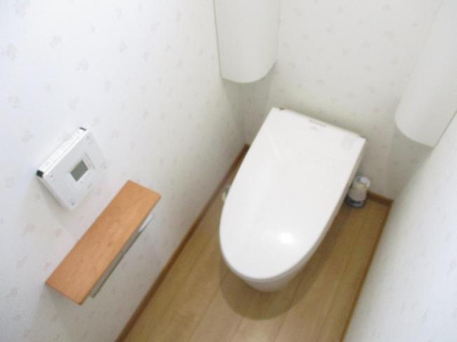 1階トイレはクリーニングを行いました。センサー機能が付いており感知すると照明と便座フタが自動で動くようになっています。遊びに来たご友人にも喜んでいただけますね。
