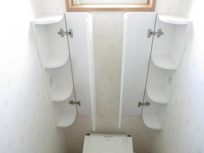 トイレ上部です。両サイドの棚には替えのトイレットペーパーや装飾などを置いてみてはいかがでしょうか。トイレ周りもクリーニング致しました。