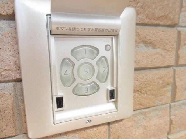 玄関はオートロック式でロックナンバーを打ち込めばドアが開くような仕組みになっています。万が一のときは警報音が鳴るシステですのでセキュリティー上も安心です。動作確認済みです。