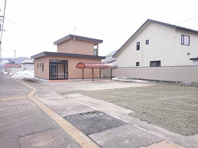 南西向き日当たり良好のオール電化住宅。前面駐車スペースには3台駐車可。