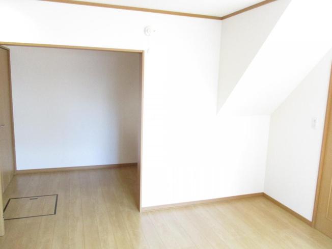 1階洋室奥のスペースです。窓が無く落ち着いた空間になっています。お父さんの書斎スペースにいかがでしょうか。洋室ともにクリーニング致しました。
