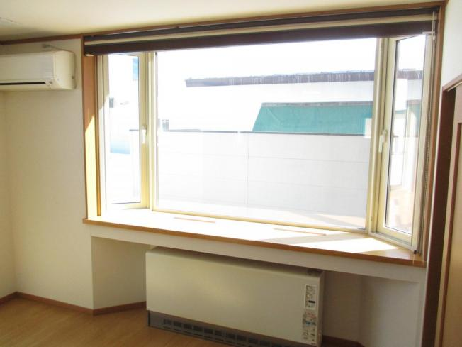 リビングの出窓です。出窓はより採光を集めることが出来るので観葉植物など育ててみてはいかがですか。天板も綺麗にクリーニングしました。