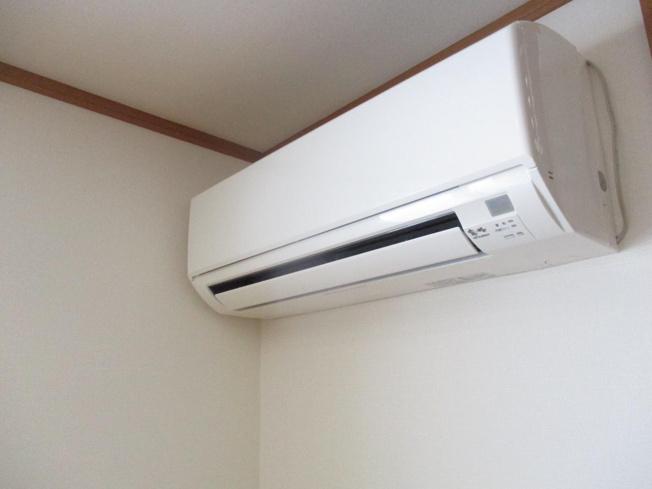 リビングのエアコンはMITSUBISHIの霧が峰です。温度を一定に保つことができますので、ワンちゃんのお留守番時も安心です。動作確認済みです。