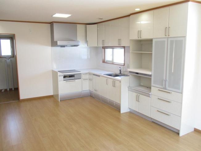 キッチンはL型キッチンです。キレイにクリーニングを行いました。建て付けの棚も付いており収納もたっぷり入ります。リビング横で料理の持ち運びもラクラクです。