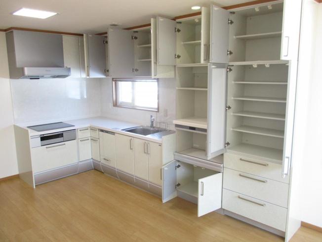 キッチンは収納棚を除いても15個の引出しが付いております。細かく用具を分けれるので毎日の料理が楽しくなりそうですね。キッチン廻りクリーニング済です。