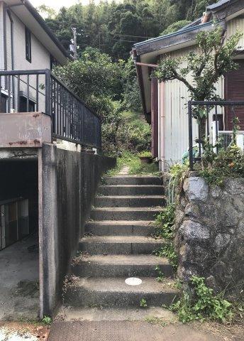 階段から敷地内へ入ります。