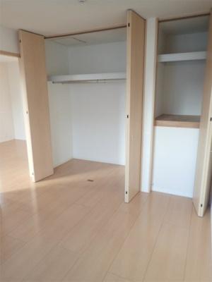 洋室6.4帖のお部屋にあるクローゼット(左)と収納スペース(右)です♪お洋服をたくさんお持ちの方でも安心の収納力です◎