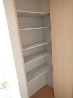 玄関横にある収納スペースです!収納したい物のサイズに合わせて棚板などを自由に動かせます☆