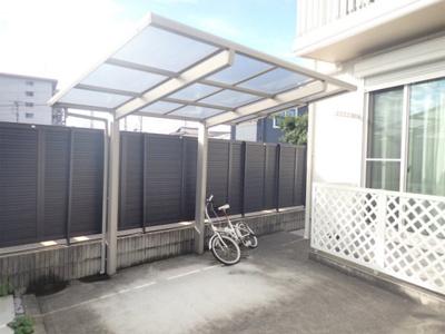 屋根付きの駐輪場で雨が降っても大切な自転車が濡れなくてすみますね♪
