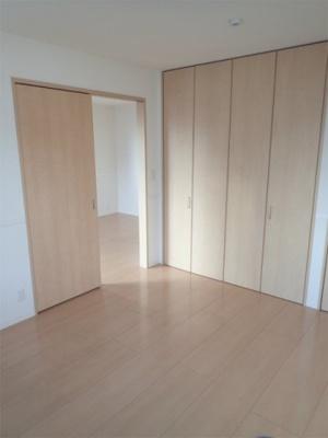 クローゼットと収納スペースのある南西向き洋室6.4帖のお部屋です!お洋服やお荷物をたっぷり収納できてお部屋がすっきり片付きます☆